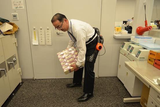 W japońskich bankach pojawiły się egzoszkielety /materiały prasowe