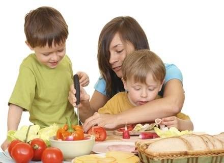 W jednaj porcji sałatki może się znaleźć komplet składników odżywczych /ThetaXstock