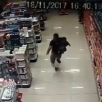 W jednej ręce dziecko, w drugiej pistolet. Policjant po służbie unieszkodliwił dwóch bandytów
