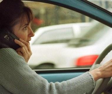 W jednej ręce kierownica, w drugiej telefon...