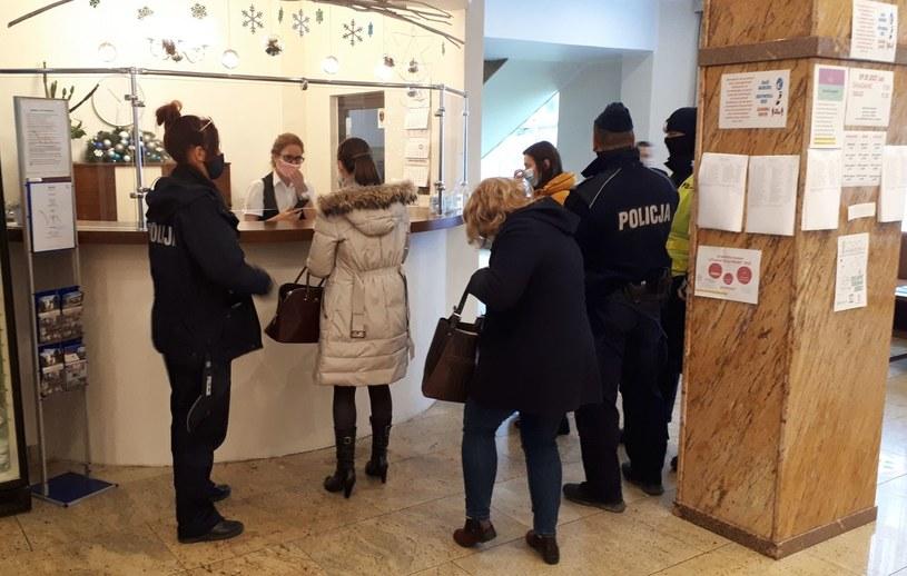 W jednym z hoteli we Władysławowie policja i sanepid zastali 300 osób /KPP w Pucku /Policja