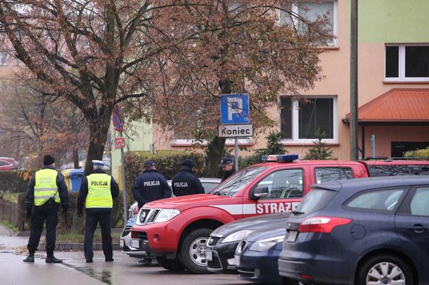 W jednym z mieszkań w bloku przy ul. Kossobudzkiego, funkcjonariusze CBŚP odkryli podejrzane substancje /Piotr Augustyniak /PAP
