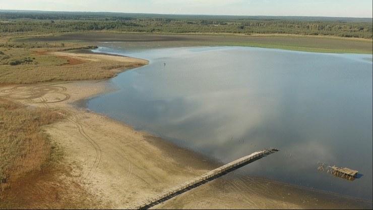 W Jeziorze Jańsko zamiast ponad dwóch metrów wody zostało maksymalnie 60 cm. /Polsat