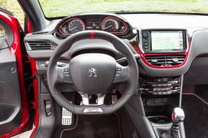W kabinie Peugeota jest kolorowo, ale panuje delikatny stylistyczny chaos. Na szczęście projekt wnętrza jest zgodny z zasadami ergonomii. Zastrzeżenia można mieć wyłącznie do mało czytelnej obsługi multimedialnego systemu oraz ustawienia kierownicy, która choć jest bardzo wygodna, to może zasłaniać wskaźniki. /Peugeot