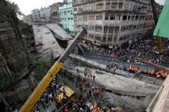 W Kalkucie zawalił się wiadukt. Akcja ratunkowa