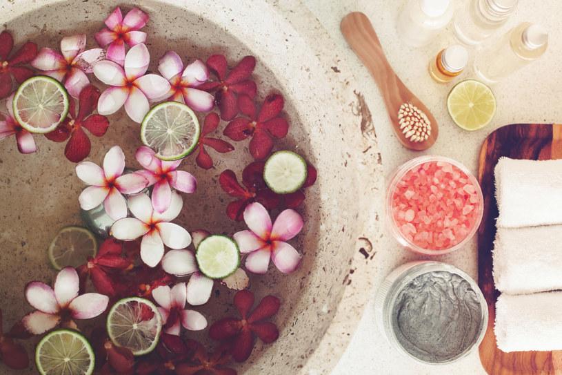 W kąpieli pozostań 15 min, nie dłużej. Woda nie powinna być gorąca, lecz przyjemnie ciepła /123RF/PICSEL