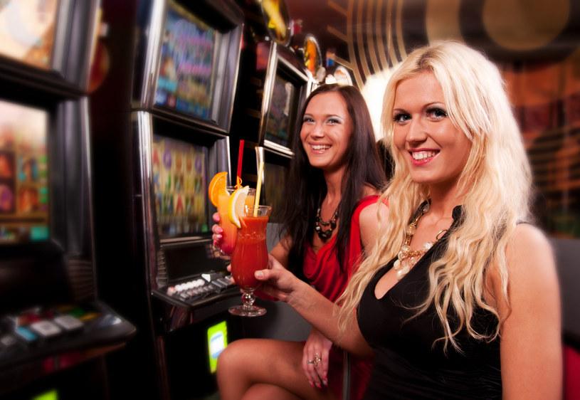 """W kasynach obok ludzi """"przy kasie"""", grają także bezdomni, którzy chcą się odegrać /123RF/PICSEL"""