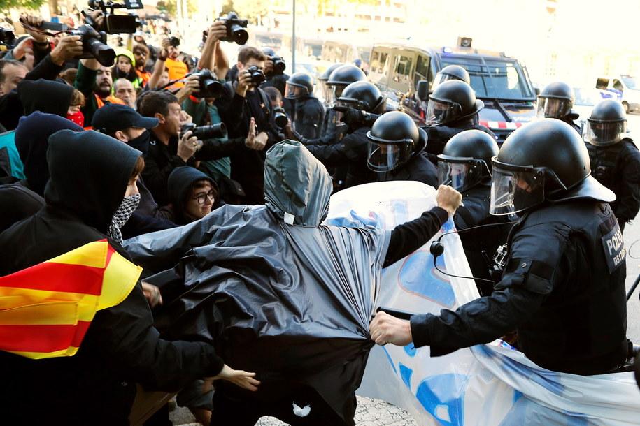 W Katalonii sprawa niepodległości wciąż wzbudza ogromne emocje. Niedawno w regionie doszło do starć z policją /Alejandro Garcia /PAP/EPA