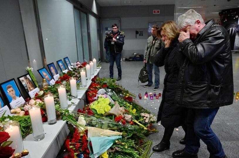 W katastrofie zginęło 176 osób, na zdjęciu kwiaty i znicze przed portretami członków załogi /SERGEI SUPINSKY / AFP /AFP