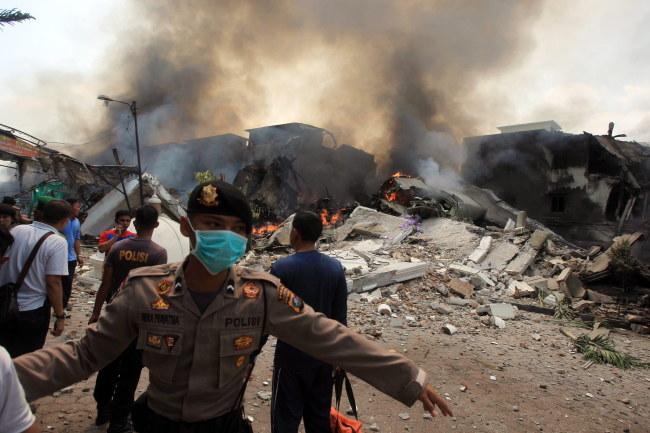 W katastrofie zginęło co najmniej 30 osób /DEDI SAHPUTRA  /PAP/EPA