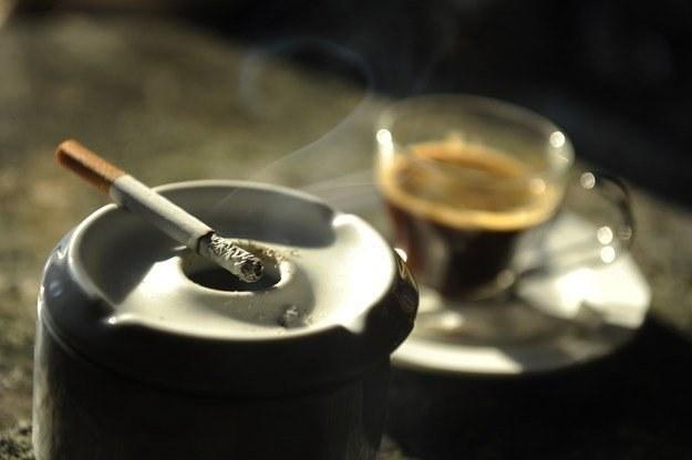 W kawiarni przy kawie już nie zapalisz! /AFP