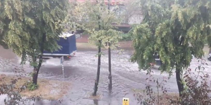 W kilka sekund ulice Oławy zamieniły się w rwące strumienie (zdjęcia przesłane na Kontakt24) /