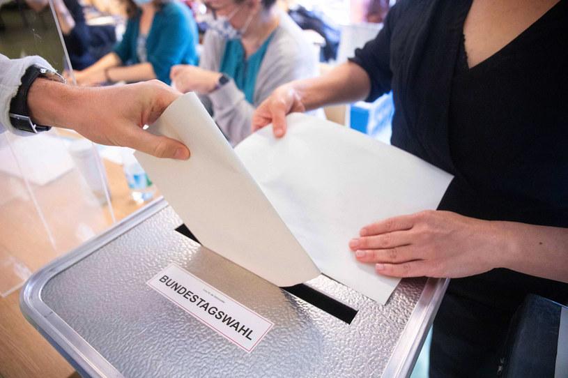 W kilku lokalach wyborczych w Berlinie zabrakło w niedzielę po południu kart do głosowania /AFP