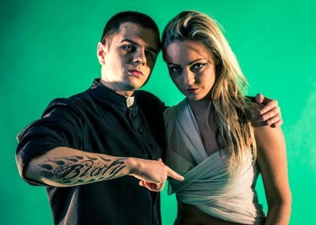 """W klipie """"Ukrzyżowany"""" wystąpiła Izabela Kapiasová, aktorka znana z serialu """"Przepis na życie"""" /"""