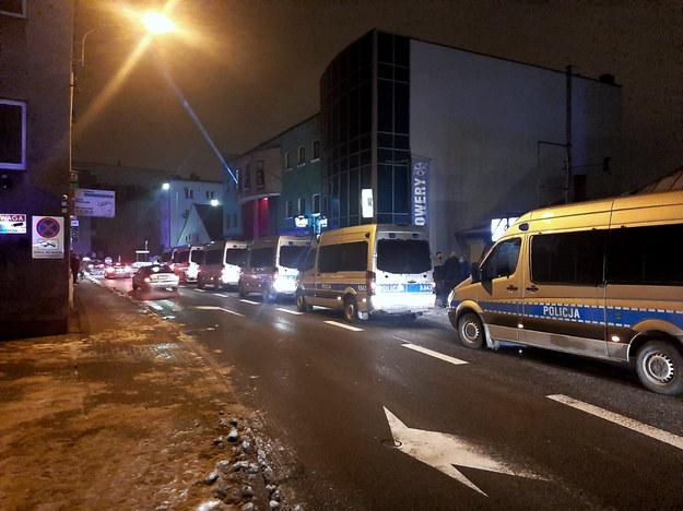 W klubie interweniowało 150 policjantów, którzy użyli m.in. broni gładkolufowej i miotaczy gazu / PAP/Policja /PAP