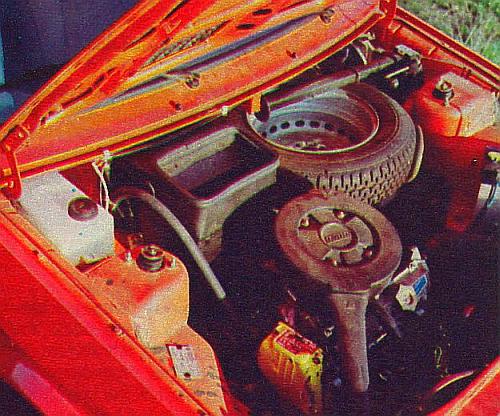 W komorze silnika znalazło się koło zapasowe i podnośnik. Na pierwszym planie tabliczka znamionowa z napisem: Fabryka Samochodów Osobowych. /Motor