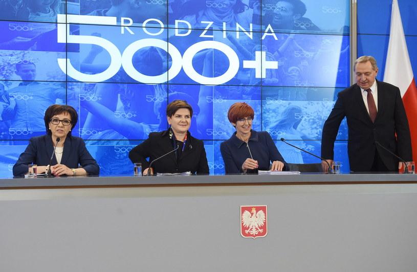 W konferencji udział wzięli: Beata Szydło (2L), szefowa gabinetu politycznego premiera, rzecznik rządu Elżbieta Witek (L) i minister Elżbieta Rafalska (2P) i Henryk Kowalczyk (P) /Radek Pietruszka /PAP