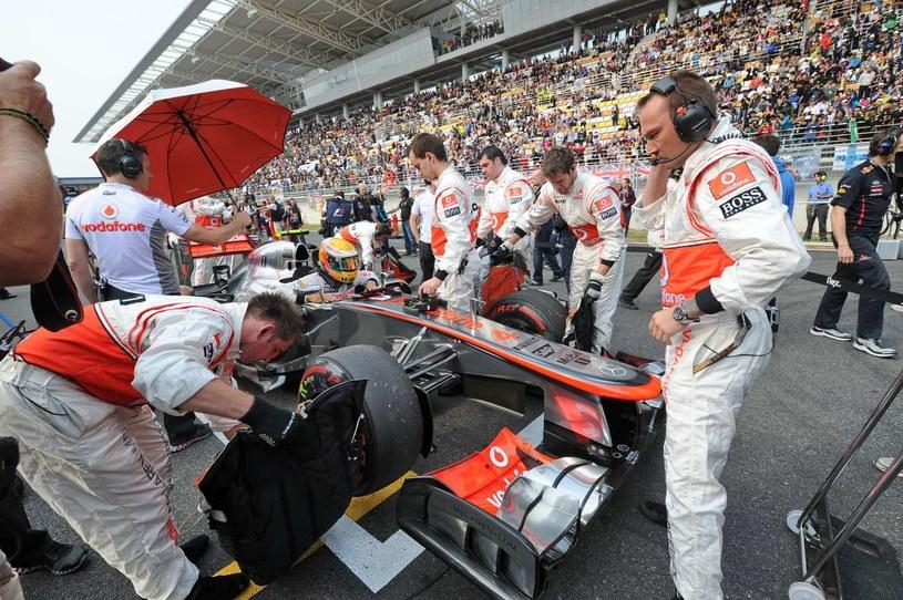 W Korei Hamilton miał wiele przygód. Pękł mu stabilizator przez co auto zużywało opony, a na koniec do bolidu przyczepił się fragment sztucznej trawy blokując działanie dyfuzora /AFP