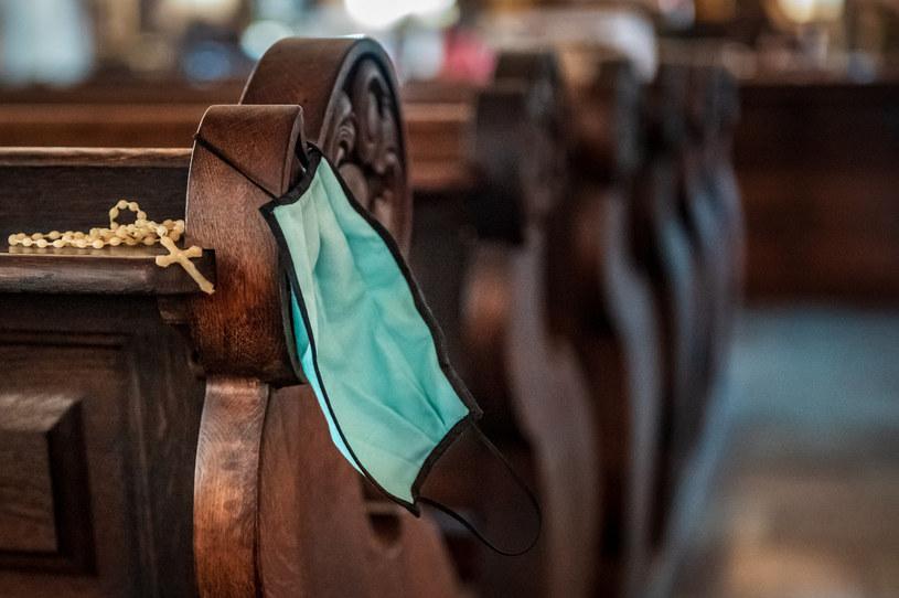 W kościołach obowiązuje nakaz zasłaniania ust i nosa /Jacek Klejment /East News