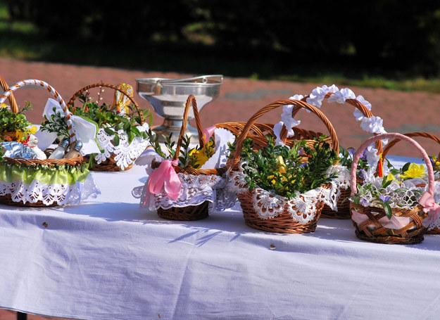 W kościołach oprócz poświecenia pokarmów odbywają się adoracje, a rodziny odwiedzają groby bliskich. /123RF/PICSEL