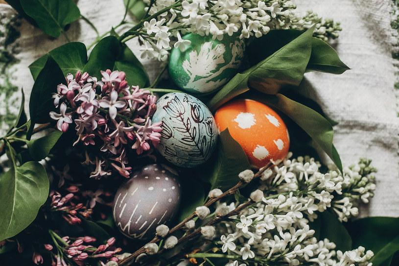 W koszyczku powinny znaleźć się jajka /123RF/PICSEL