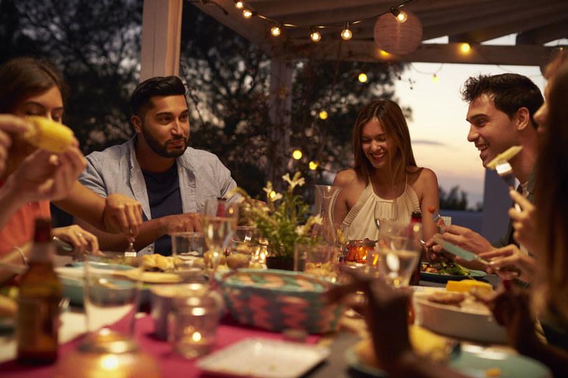 W krajach południowych normą jest spędzanie ciepłych wieczorów w lokalnych barach w otoczeniu rodziny, znajomych i przyjaciół /123RF/PICSEL