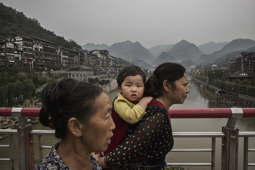 W kraju promującym rodziny z jednym dzieckiem wciąż bardziej pożądany jest męski potomek. Czy dzięki temu dorosłym Chinkom, które stają się deficytowym materiałem na żonę, żyje się lepiej? /Getty Images
