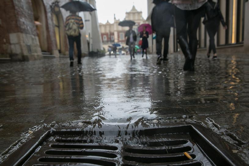 W Krakowie cały czas pada deszcz /ANNA KACZMARZ / DZIENNIK POLSKI / POLSKA PRESS /East News