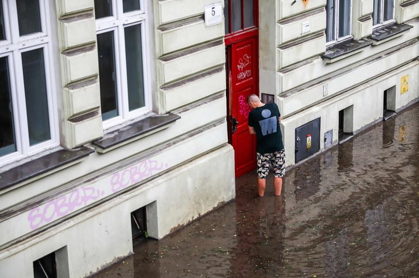 """W Krakowie """"jeziora"""" utworzyły się przy budynkach /PAP/Art Service 2 /PAP"""
