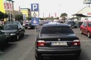 W Krakowie nikt nie zwraca uwagi na tak parkujących bez uprawnień /poboczem.pl