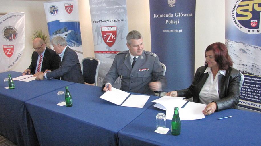 W Krakowie podpisano umowę pomiędzy Komendą Główną Policji, Stowarzyszeniem Trenerów i Instruktorów Narciarstwa oraz PZN /Józef Polewka /Archiwum RMF FM