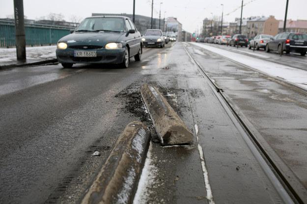 W Krakowie pułapki czyhają na każdym kroku. Przed tym separatorem nie było znaków, więć rządowy kierowca po prostu w niego wjechał /ANDRZEJ BANAS / POLSKA PRESS /East News