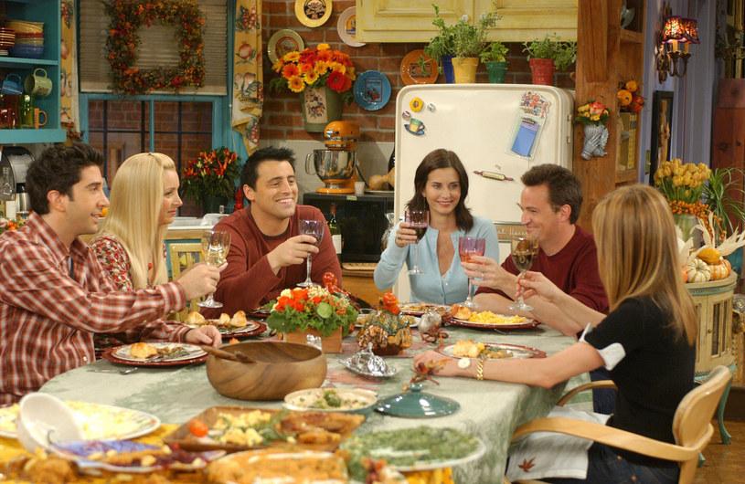 """W książce """"Friends: The Official Cookbook"""" znajdziemy 70 przepisów na dania i przekąski, którymi raczyli się bohaterowie tej legendarnej telewizyjnej serii /WARNER BROS TV / Album /East News"""
