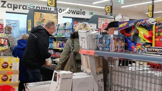 W których sklepach w weekend Polacy najdłużej postoją w kolejkach? /MondayNews