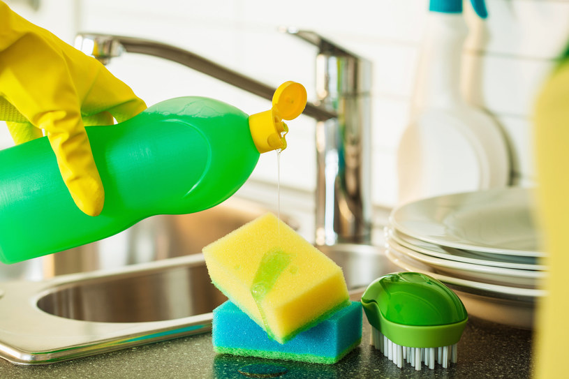 W kuchennych porządkach wykorzystaj płyn do naczyń /123RF/PICSEL