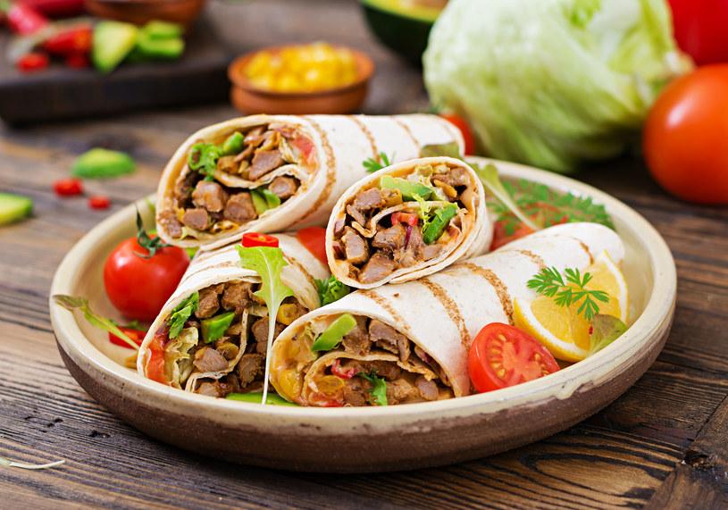 W kuchni meksykańskiej popularnym zamiennikiem pieczywa są tortille /123RF/PICSEL