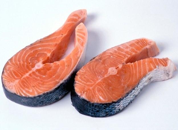 W kwasy tłuszczowe omega-3 są szczególnie bogate łosoś, makrela i tuńczyk