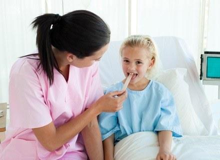 W kwestii usuwania migdałków zdania laryngologów i pediatrów są podzielone /© Panthermedia