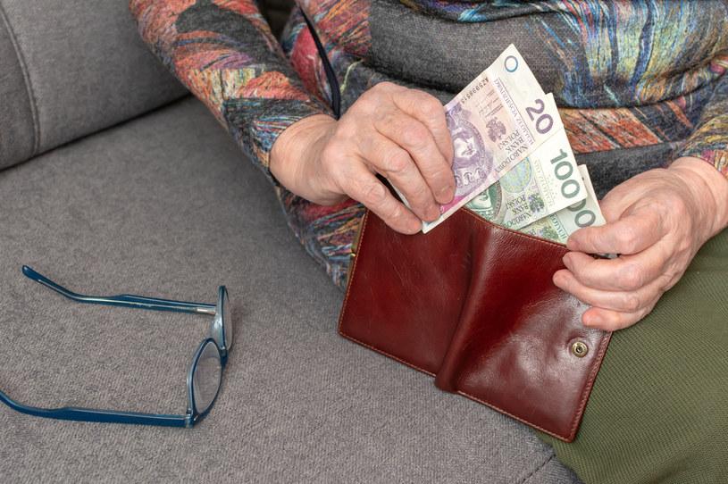 W kwietniu emeryci dostaną po 981 zł netto /123RF/PICSEL