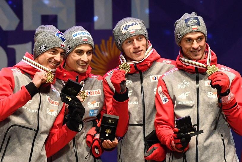 W Lahti polscy skoczkowie zdobyli historyczny złoty medal w konkursie drużynowym /AFP