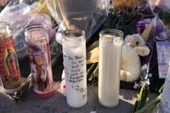 W Las Vegas w pobliżu hotelu, gdzie doszło do strzelaniny, ludzie składają kwiaty i zapalają znicze