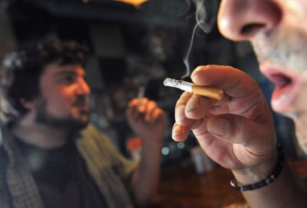 W latach 2012-2015 przeprowadzona zostanie stopniowa podwyżka akcyzy na papierosy /AFP