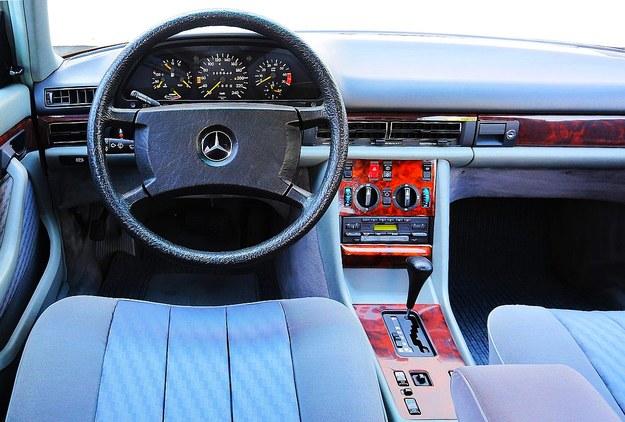 W latach 80. klasę luksusową poznawało się po materiałach, a nie wyposażeniu. Dominują skrzynie automatyczne. /Motor
