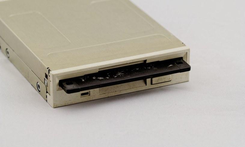 W latach 90. każdy komputer wyposażony był w taką stację /123RF/PICSEL