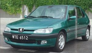 W latach 90. kompaktowe auto spod znaku lwa wyglądało bardzo nowocześnie. Dziś widać, że model ten ma przeszło 10 lat, ale w wersji po restylingu nie powinien budzić zastrzeżeń. /Motor