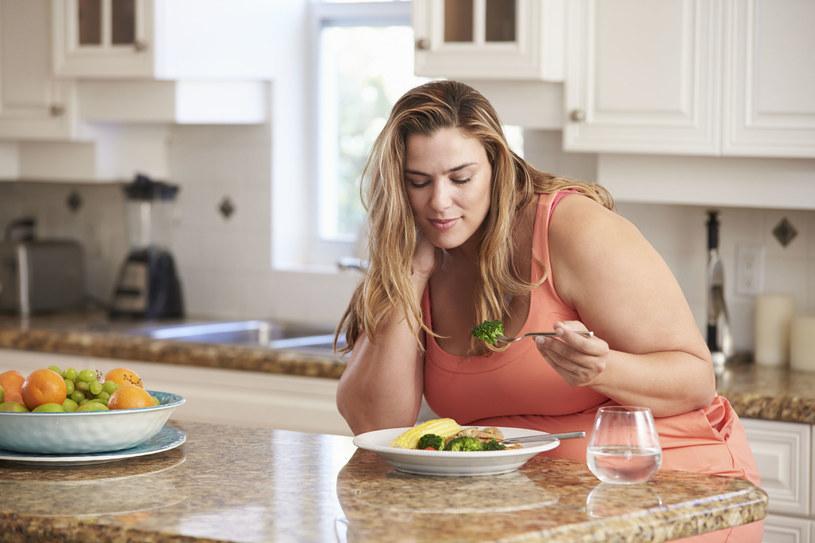 W łatwy sposób możesz oszukać głód. Jeśli chcesz stracić na wadze, pamiętaj, by skonsultować plan żywienia z dietetykiem /123RF/PICSEL