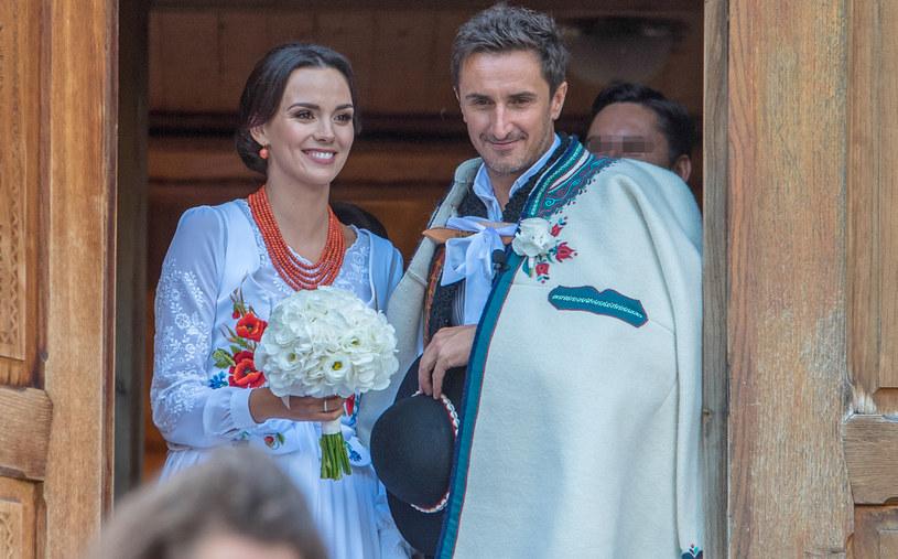 W lipcu 2018 roku Paulina Krupińska poślubiła muzyka Sebastiana Karpiela-Bułeckę. Para w dniu ślubu /Marcin Szkodziński /Agencja FORUM