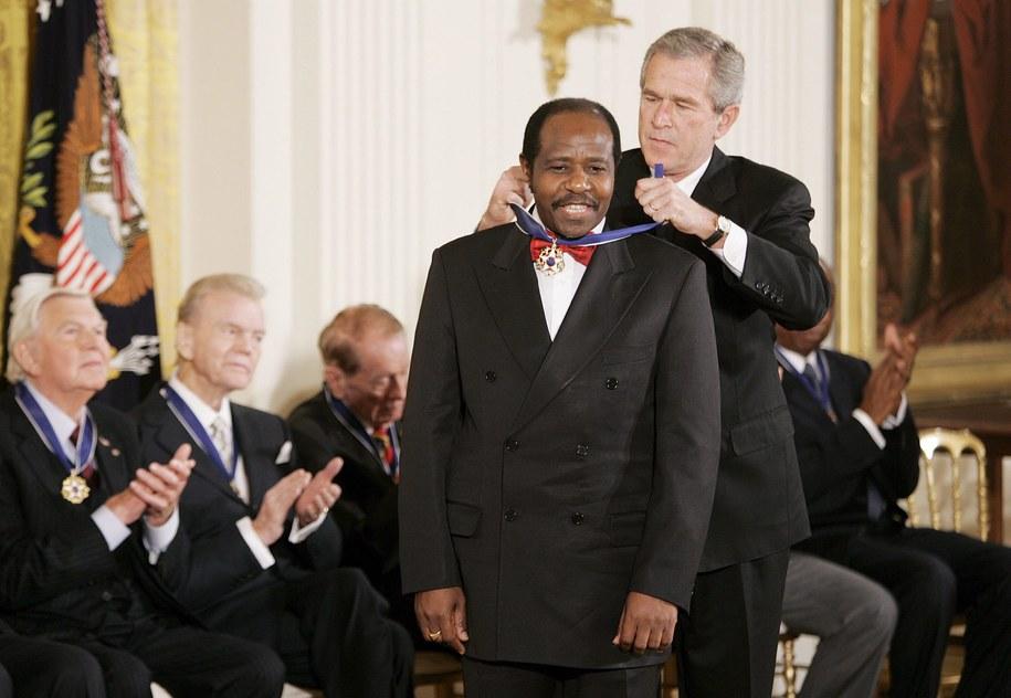 W listopadzie 2005 roku Paul Rusesabagina został odznaczony  amerykańskim Prezydenckim Medalem Wolności /SHAWN THEW    /PAP/EPA