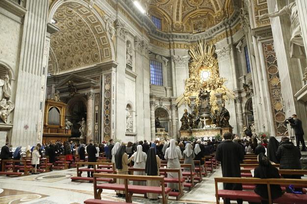 W liturgii odprawionej w bazylice Świętego Piotra w reżimie sanitarnym uczestniczyło około 200 wiernych /REMO CASILLI / POOL / AFP /PAP/EPA
