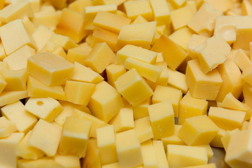 W lodówkach Polaków nie brakuje żółtego sera. Sercowcy nie powinni po niego sięgać /123RF/PICSEL